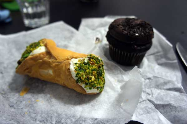 Cannolo al pistachio and chocolate cupcake