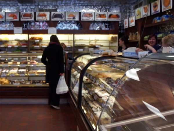 Mike's Pastry, la boutique et les vendeuses