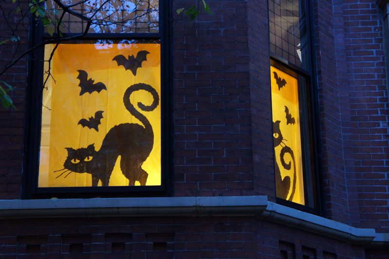 Trick or treat halloween night in the streets of boston for Decoration fenetre gel