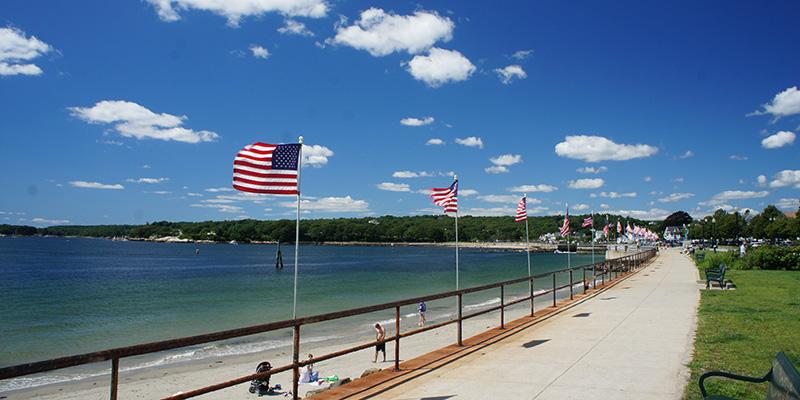 Drapeaux américains et plage à Gloucester, MA