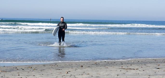 Manu fait du surf en Californie