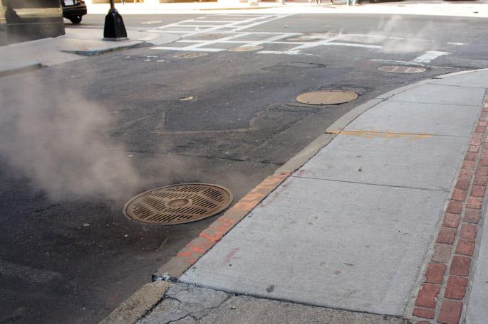 Les égouts qui fument dans la rue