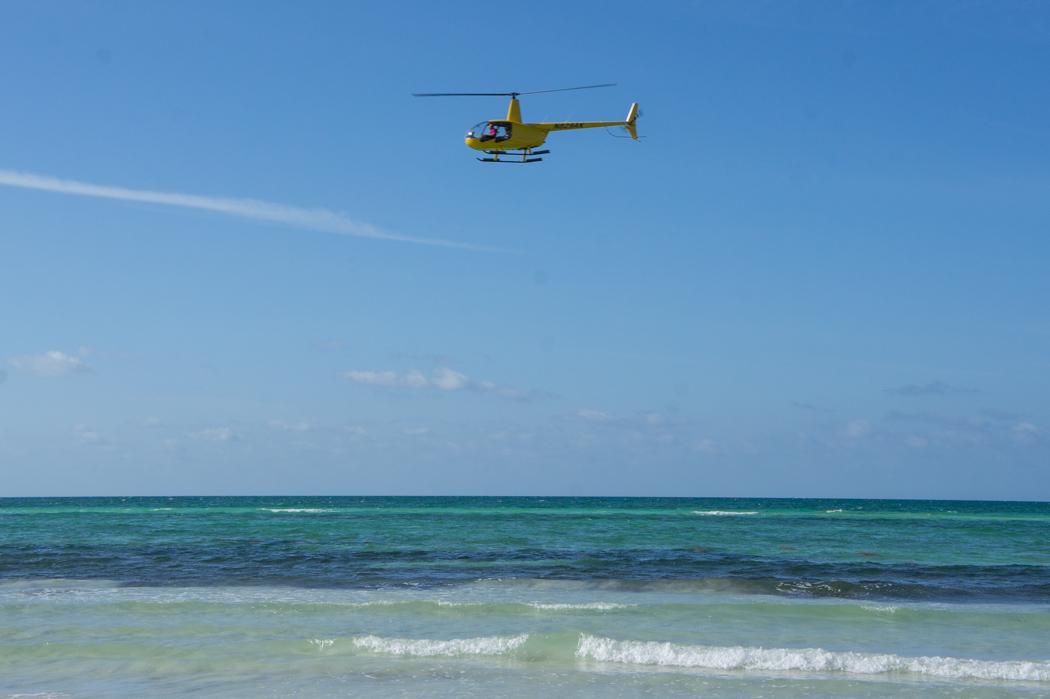Helicoptère au-dessus de la mer