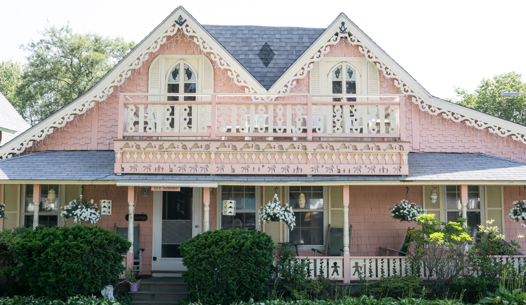Oak Bluffs - grande maison rose pastel Gingerbread House