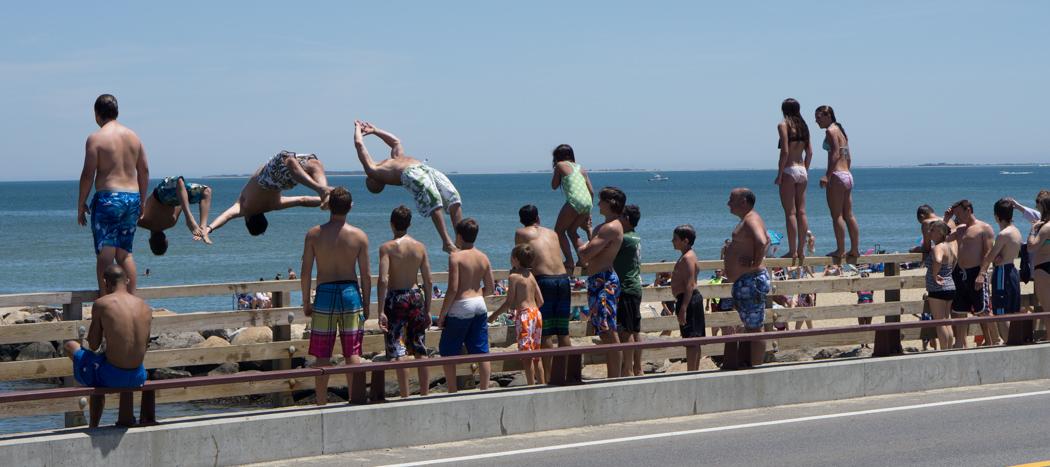 Des gens sautent du pont - Beach Road - Martha's Vineyard