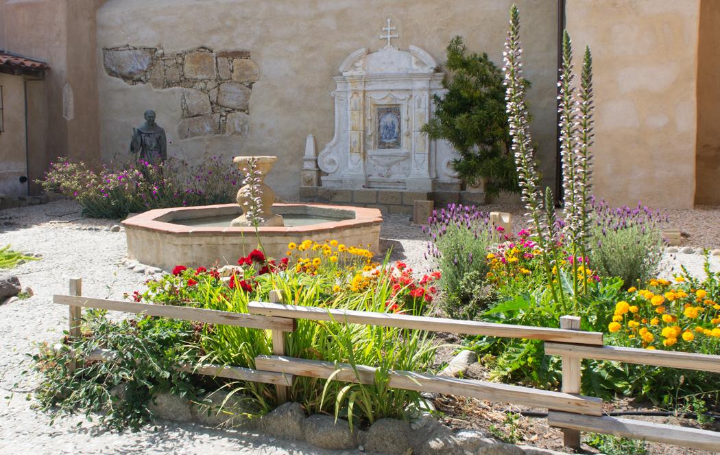 La mission de Carmel Californie - fleurs et fontaines