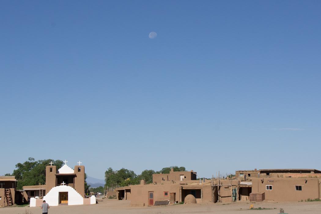 Magnifique Taos Pueblo et la lune - Nouveau Mexique