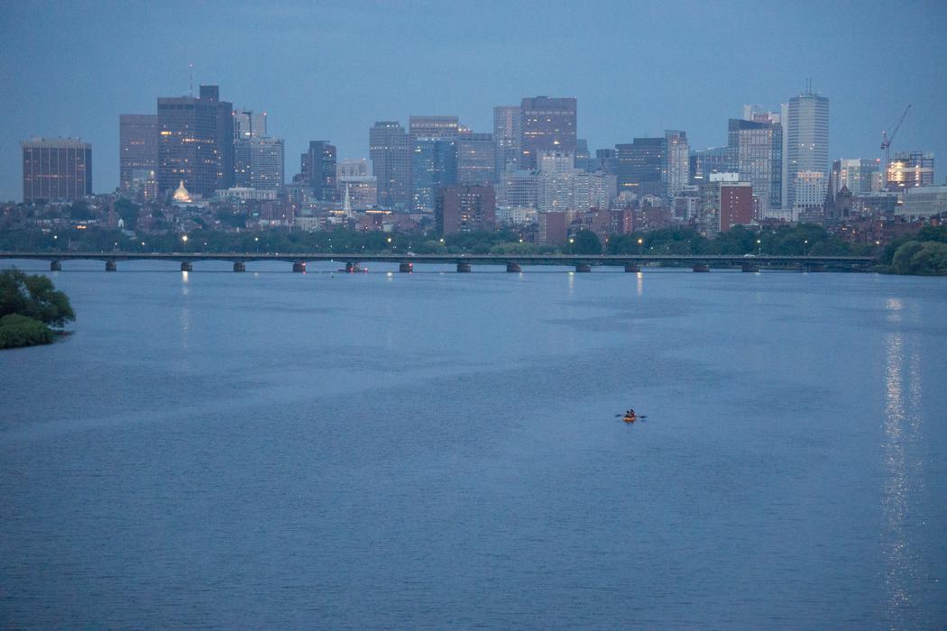La Charles River et un canoe au milieu à la tombée du jour