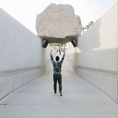 Los Angeles LACMA rocher suspendu