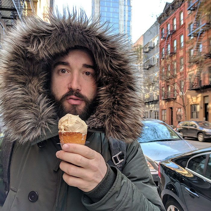Manu mange une glace meme s'il fait moins quinze dehors