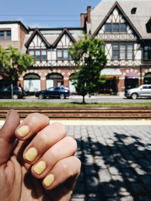 ongles jaunes manucure estivale